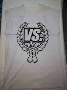koszulka versus biała z czarnym nadrukiem